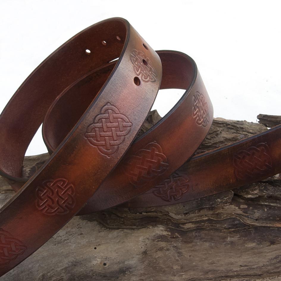 3a109cbfe1 Magas minőségű marhabőrből készült,kézzel festett, antikolt, kelta mintával  nyomott kézműves öv antik ezüst csattal. Az öv szélessége: 3,5 cm