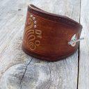 Női olasz marhabőr karkötő, Kézműves marhabőr karkötő, Közép barna kézzel festett bőr karkötő, Dombornyomott karkötő