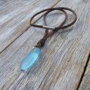 Óceán kék színű tengeri üveg nyaklánc, Bivalybőr nyaklánc óceán kék színű tengeri üveg medállal
